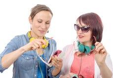 Dos mujeres bonitas que intentan en las gafas de sol Foto de archivo libre de regalías