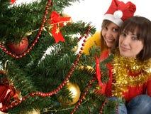 Dos mujeres cerca del árbol de navidad Imagen de archivo