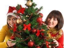 Dos mujeres cerca del árbol de navidad Fotografía de archivo libre de regalías