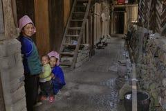 Dos mujeres chinas y niño, en patio de su casa Imagen de archivo libre de regalías