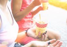 Dos mujeres comen el helado en el parque Fotos de archivo