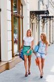 Dos mujeres con compras Imagen de archivo libre de regalías