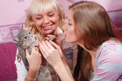 Dos mujeres con el gato Imágenes de archivo libres de regalías