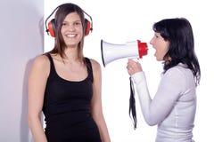 Dos mujeres con el tablero blanco y el megáfono fotografía de archivo libre de regalías