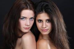 Dos mujeres de abarcamiento jovenes Foto de archivo libre de regalías