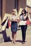 Dos mujeres de la moda de los jóvenes con los panieres Imágenes de archivo libres de regalías