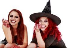 Dos mujeres de los pelirrojos con la escena sangrienta de Halloween de las manos Imagenes de archivo