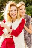 Dos mujeres de moda al aire libre Imágenes de archivo libres de regalías