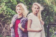 Dos mujeres de moda al aire libre Imagen de archivo libre de regalías