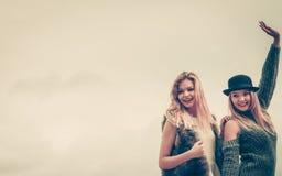 Dos mujeres de moda al aire libre Foto de archivo