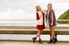 Dos mujeres de moda al aire libre Fotografía de archivo libre de regalías