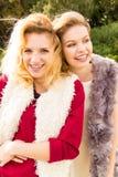 Dos mujeres de moda al aire libre Fotos de archivo