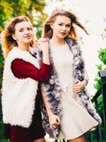 Dos mujeres de moda al aire libre Fotografía de archivo