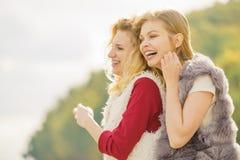 Dos mujeres de moda al aire libre Imagenes de archivo