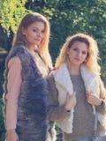 Dos mujeres de moda al aire libre Fotos de archivo libres de regalías