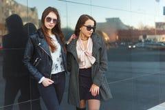 Dos mujeres de moda en vestidos agradables Foto del otoño de la moda Fotografía de archivo
