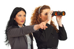 Dos mujeres de negocios con binocular Imágenes de archivo libres de regalías