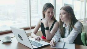 Dos mujeres de negocios hablan del trabajo en café almacen de video