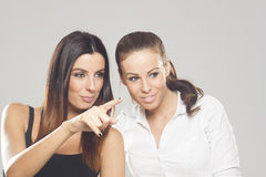 Dos mujeres de negocios hermosas en fondo del estudio Imágenes de archivo libres de regalías