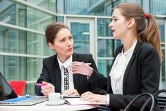Dos mujeres de negocios jovenes Imagen de archivo