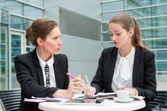 Dos mujeres de negocios jovenes Imagen de archivo libre de regalías