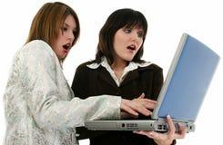 Dos mujeres de negocios jovenes de Beauitiful con la computadora portátil Foto de archivo libre de regalías