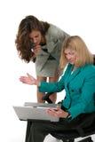 Dos mujeres de negocios que trabajan en la computadora portátil 12 Foto de archivo libre de regalías