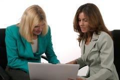 Dos mujeres de negocios que trabajan en la computadora portátil 7 Imágenes de archivo libres de regalías