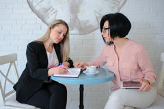 Dos mujeres de negocios tienen una reunión Imágenes de archivo libres de regalías