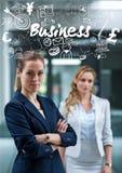 Dos mujeres de negocios una con los brazos doblaron debajo de los garabatos blancos del negocio Fotos de archivo libres de regalías