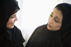 Dos mujeres de Oriente Medio que hablan junto imagen de archivo