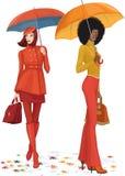 Dos mujeres debajo de la lluvia Foto de archivo libre de regalías