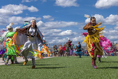 Dos mujeres del nativo americano en el powwow Fotos de archivo libres de regalías