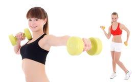Dos mujeres deportivas jovenes con pesas de gimnasia aisladas en blanco Foto de archivo libre de regalías