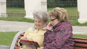 Dos mujeres discuten sobre los problemas caseros al aire libre almacen de video