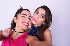 Dos mujeres elegantes que toman un selfie Concepto de la amistad imagen de archivo libre de regalías