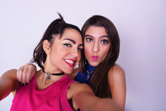 Dos mujeres elegantes que toman un selfie Concepto de la amistad imágenes de archivo libres de regalías