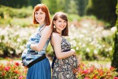 Dos mujeres embarazadas sonrientes de los jóvenes hermosos Imagen de archivo libre de regalías