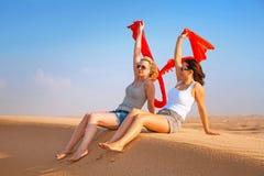 Dos mujeres en el desierto arenoso Fotografía de archivo libre de regalías