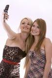 Dos mujeres en el teléfono imagen de archivo libre de regalías