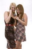 Dos mujeres en el teléfono Fotografía de archivo