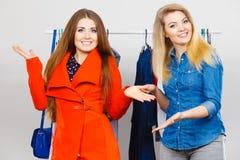 Dos mujeres en hacer compras de la ropa Imagen de archivo