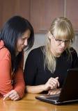 Dos mujeres en la computadora portátil imagen de archivo libre de regalías