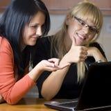 Dos mujeres en la computadora portátil Fotos de archivo libres de regalías