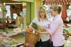Dos mujeres en la mercado de la fruta Imagen de archivo libre de regalías