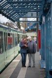 dos mujeres en la parada de la tranvía Foto de archivo