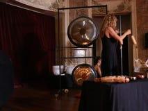 Dos mujeres en los instrumentos rituales almacen de video