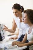 Dos mujeres en sala de ordenadores foto de archivo