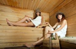 Dos mujeres en sauna Imagen de archivo libre de regalías