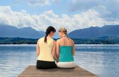 Dos mujeres en un lago Imágenes de archivo libres de regalías